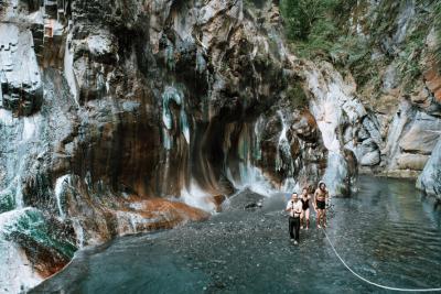 野溪溫泉攻略|全台野溪秘境玩法 體驗泡湯 賞楓 露營好滿足