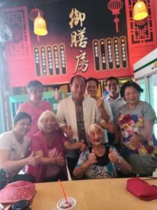 母親節前夕 102歲人瑞扮演皇太后遊長城
