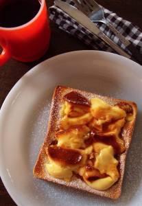把布丁塗在土司上,還以為這又是某個人發明的黑暗料理,沒想到居然好吃到讓我尖叫阿.......