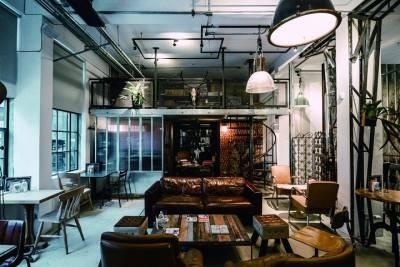 踩著歐洲百年地磚 坐在1920年代的沙發,還有黑膠點唱機 老門牌...台灣血腥片導演錢人豪開店的原因好值得驚喜!!