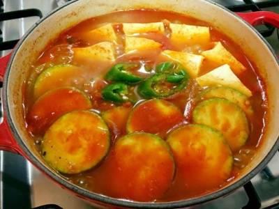 「牛肉辣椒醬湯」竟然是韓國的主菜料理!台灣也可以取得食材,9個步驟,身在台灣的朋友也可以做做看...