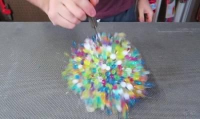男子將「水晶寶寶」裝進氣球泡水後膨脹變超大!「爆炸的那一秒」太療癒,慢鏡頭可以再看10次啊!