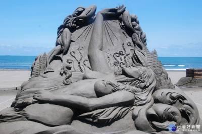 美人魚浮現海灘 沙雕藝術在台南