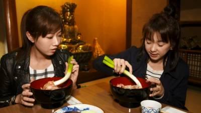 日本合掌村當地特有的《大蔥蕎麥麵》居然是用它來當筷子食用?!六月與方志友放下老公與孩子遊日本...
