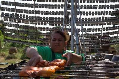 男子架1000面鏡子烤雞,12分鐘後笑他蠢的村民都跪求試吃!