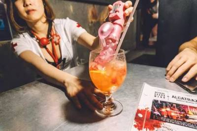 日本最變態餐廳!停屍房用餐,夜壺喝酒,顧客排隊求虐,給跪了!