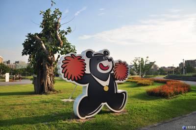 LED熊讚閃亮現身公園 成熱門打卡景點