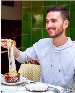 因為愛吃,他從大一開始拍美食毛片…如今,他靠吃吃吃年入7.5萬美元