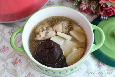 ▌食譜▌當季最好吃!全家四季補湯「香菇竹筍雞湯」。竹筍如何去苦澀有撇步