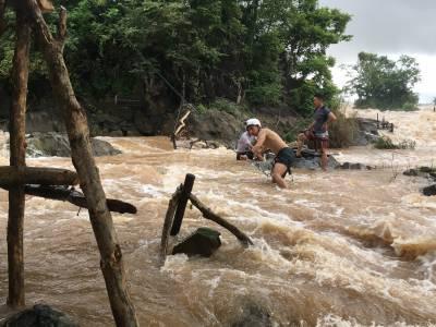 連BBC NHK都為之震撼!湄公河瀑布「罕見捕魚方式」超驚險,李運慶挑戰鋼索度河,流淚完成錄影...