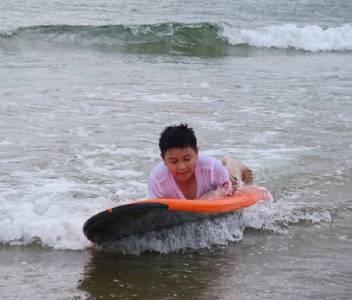 夏天就是要去海邊!海洋部落兒童營開趴了,還有專為6至13歲孩童所設計的水上活動~~