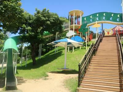 沖繩絕對是孩子的玩樂天堂!快把「這座親子公園」列入行程,超長溜滑梯超吸睛~~