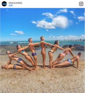 8招「能夠屌翻IG 讚破FB」的夏日限定團體拍照法。 3 邊緣人 單身狗最好捂住眼睛!